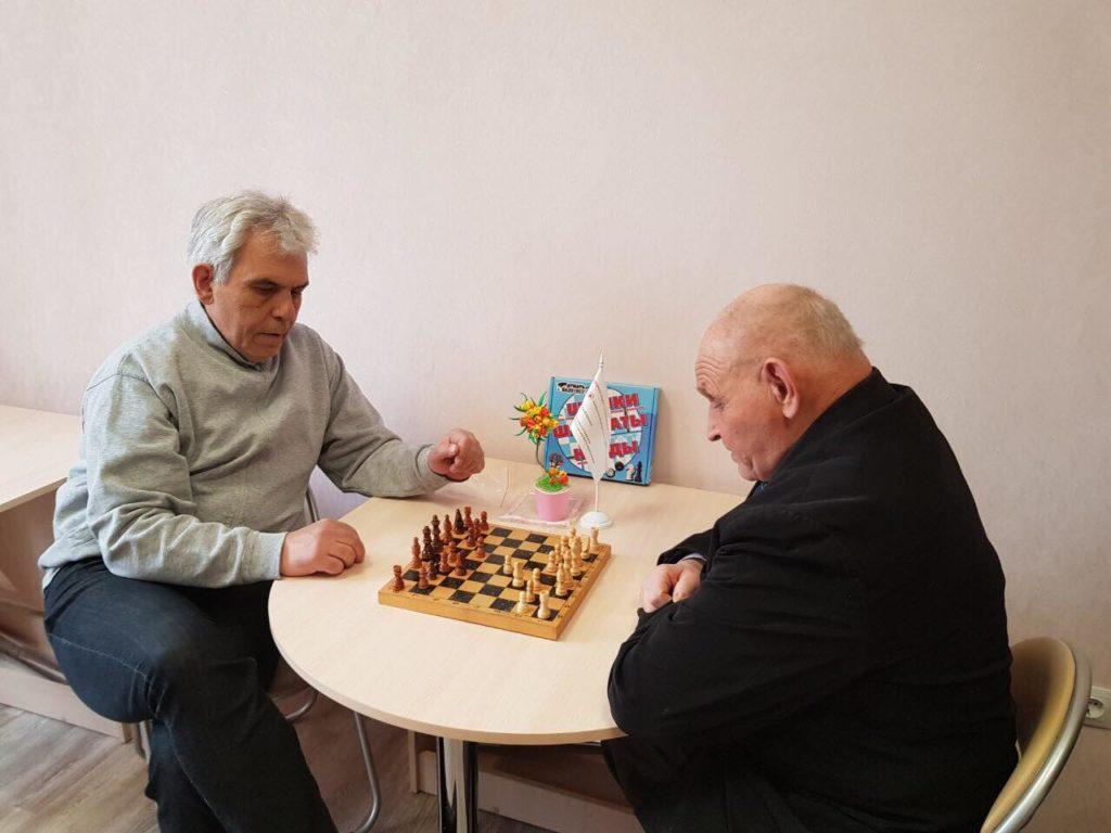 Шахматный турнир: гости центра играют в шахматы