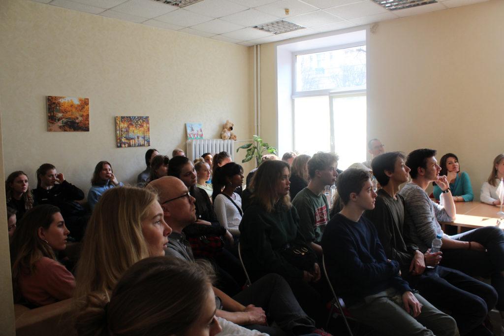 """Центр """"Открытый дом"""": студенты из Дании слушают выступление"""