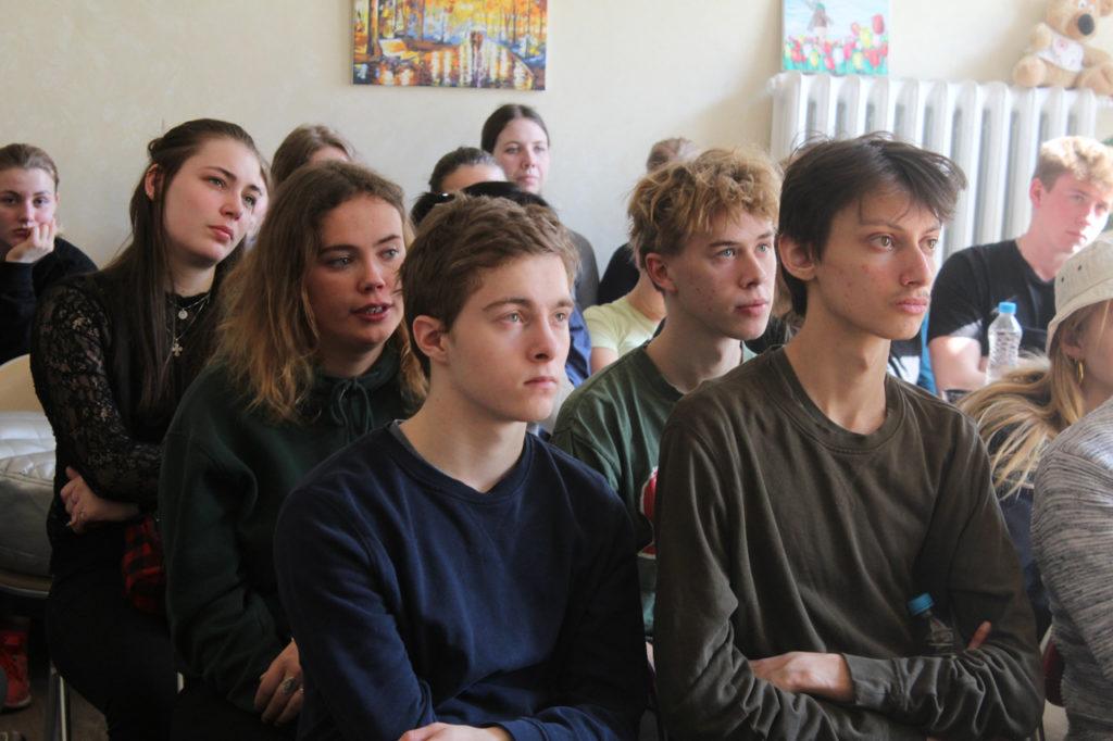 """Центр """"Открытый дом"""": гости смотрят презентацию о деятельности центра"""