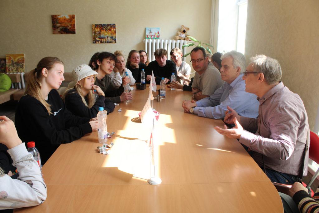 Часть гостей из Дании общается с гостями центра