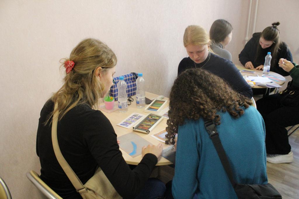 """Центр """"Открытый дом"""": студенты из Дании рисуют пастелью"""