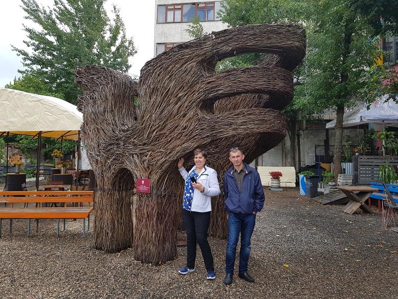 Фото гостей Центра на фоне причудливой скульптуры