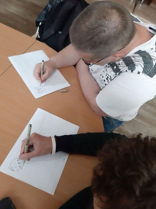 Гости Центра рисуют фигуры графики