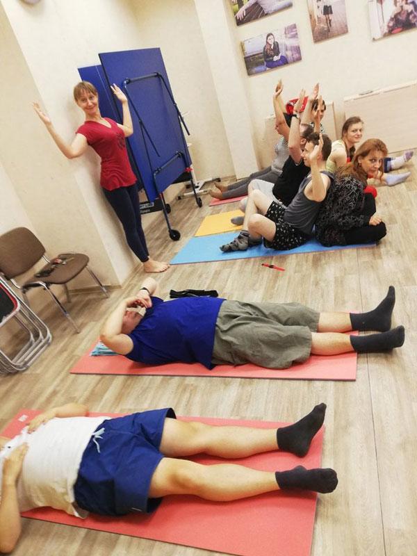 Гости Центра БОКК участвуют в занятиях по йоге