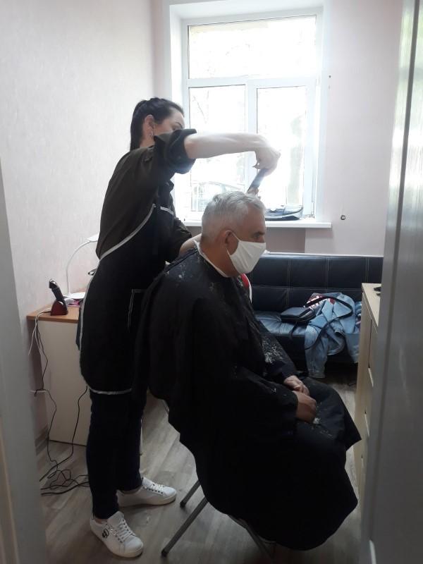Стилист-парикмахер делает прическу